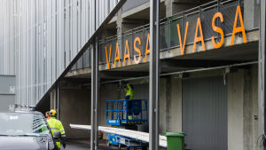 Monteringsarbete på fotbollsstadion i Vasa.
