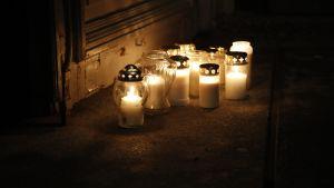Gravljus utanför Tyrvis kyrka i Sastamala där det ordnats minnesgudstjänst för två omkomna 17-åringar.