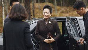 Kinas första dam Peng Liyuan anländer till Ainola i Träskända.