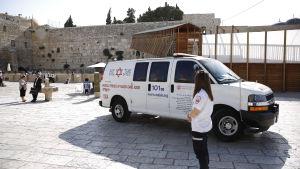 En israelisk ambulansbil står vid ingången till Tempelberget i Jerusalem, Israel den 14 juli 2017. Tre gärningsmän attackerade poliser som fanns på plasten.