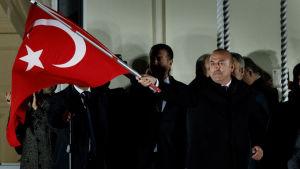 Turkiets utrikesminister Mevlüt Çavuşoğlu talar till exilturkiska regeringsanhängare i det turkiska konsulatets trädgård i Hamburg 7.3.2017