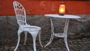 Litet bord och stol med julljus