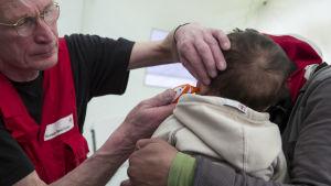 Ett flyktingbarn undersöks