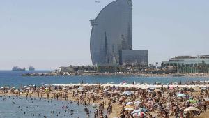 Folk på stranden i Barcelona