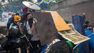 Unga demonstranter drabbar samman med säkerhetsstyrkor i Caracas 1.5.2017