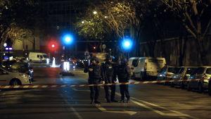 Polisen spärrar av vägen i närheten av restaurangen Le Petit Cambodge.