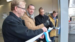 Roger Hakalax, Stefan Wallin, Jyrki Lammila och Daniel Wilson klipper av bandet till renoverade reningsverket i Dalsbruk.