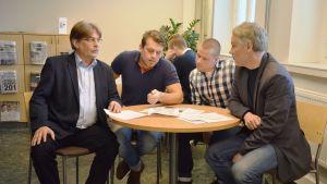 Kai Salmi på Infra, studerande Jonas Östberg och Ronny Östman och Leif Östman, lärare på Novia.