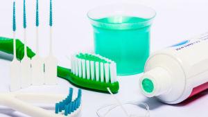 Olika tandredskap, tandtråd, tandborste, tandstickor, munskölj.
