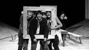 Näyttelijöitä teatterissa esittämässä Seitsemää veljestä.