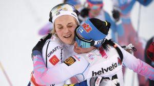 Krista Pärmäkoski kramar om Stina Nilsson, Tour de Ski, januari 2017.