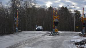 Övergångsstället där bilvägen korsar tågspåret i Runsor. Där blev en en man överkörd.