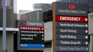 Skyltar utanför sjukhuset Cedars-Sinai i Los Angeles