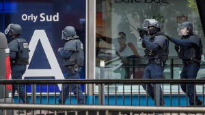 Ben Belgacem som sköts ihjäl på Paris-Orly flygplatsen var påverkad av alkohol och droger. Fadern försäkrar att han inte var någon terrorist