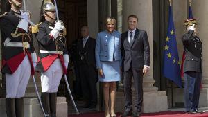 Emmanuel Macron och hans hustru Brigitte Trogneux på trappan till presidentpalatset.