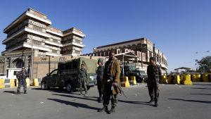 Soldater utanför USA:s abbassad i Jemen.