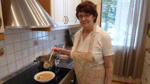 Margit Sved tillreder klimpsoppa