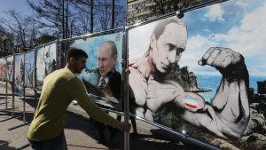 Teckningar av Vladimir Putin installeras i Moskva inför årsdagen av annekteringen av Krim.