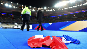 En fransk flagga ligger på marken inne på Stade de France efter terrordåden i Paris, 13.11.2015.
