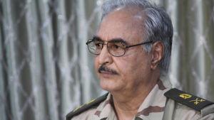 Ex-generalen Khalifa Haftar har utnämnt sig själv till överbefälhavare för regeringsstyrkorna men islamisterna befarar att han försöker bli en ny auktoritär ledare som Muammar Ghadafi