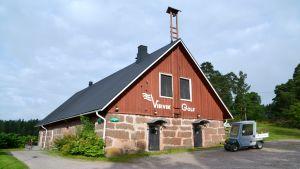 En gammal ladugård på Virvik golfs backe, texten Virvik golf på väggen.
