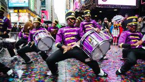 Slagorkestern Marching Cobras övar inför sin show på Times Square på nyårsafton.