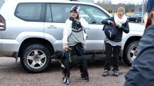 Elisa Parmanen från föreningen Kadonneen etsintäkoirat och hennes hund.