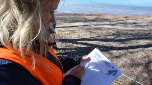 Mikaela Eriksson antecknar varje skräp i egen kolumn i samband med strandstädningstalkot på Runsala.