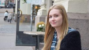 Milena Andersson utanför ett café på Mannerheimvägen.