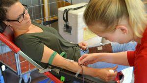 Heidi Kalavainen donerar blod i Lovisa.