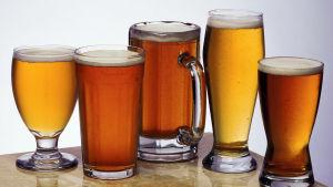Flera fyllda ölglas på ett bord.