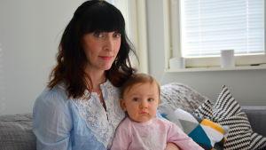 Marika Johansson med dottern Alva.
