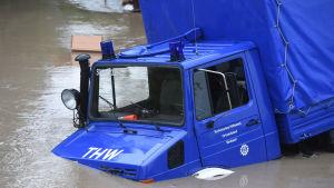 Katastrofmyndighetens bil har stoppats av översvämningarna i Simbach den 1 juni 2016.