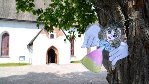 Ängel hänger från träd utanför Borgå domkyrka.