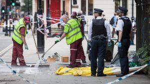 Torg i London städas upp efter knivattack.