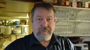 Krögare Mikko Rautiainen bakom disken i restaurang Portside i Dalsbruk.
