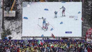 Iivo Niskanens och Emil Iversens olycka på stora videoskärmen, VM 2017.