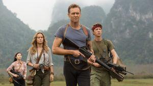 Mason Weaver (Brie Larson), James Conrad (Tom Hiddleston) och Slivko (Thomas Mann) kommer gående över ett fält.