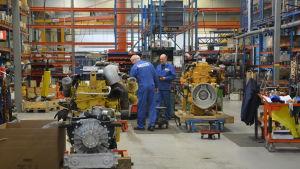 Industriarbetare i Sisus lastbilsfabrik i Karis.