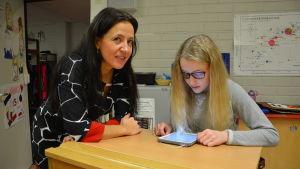 Linn Österås instruerar Sofia Cleve i programmering på lärplattan.