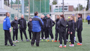 Keijo Paananen leder träningarna för FC United.