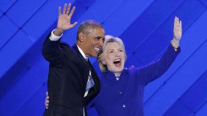 Barack Obama och Hillary Clinton på demokraternas partikonvent i Philadelphia.