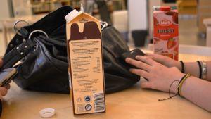 Ungdomar på Slderkulla bibliotek, drickburkar och väska på bordet