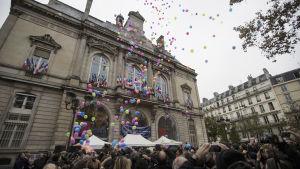 Parisborna hyllade terroroffer med ballonger.