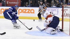Leo Komarov är en finsk ishockeyspelare.