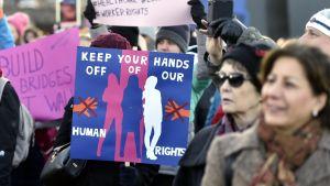 Kvinnor demonstrerar för sina rättigheter i Helsingfors.