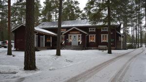 Hus med snö på gården.