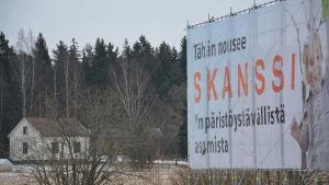 Reklamskylt för Skansen-området med ett ensamt egnahemshus på en åker i bakgrunden.
