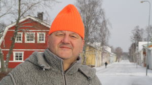 Kasköbon Tom Degerstedt med en färggrann mössa på huvudet.