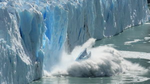 sulavasta jäätiköstä murtuu pala mereen